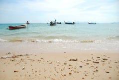 Bateau thaïlandais de longue queue par la plage Images libres de droits