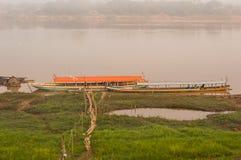 Bateau thaïlandais en rivière photos libres de droits