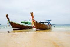 Bateau thaïlandais traditionnel dans l'eau, province Krabi, Thaïlande Photographie stock
