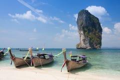 Bateau thaïlandais traditionnel de longtail à l'île de Poda, Thaïlande Photographie stock libre de droits