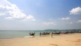 Bateau thaïlandais traditionnel de longtail sur la plage d'Aonang, Krabi, Thaïlande banque de vidéos