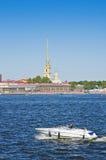 Bateau touristique près de Peter et de Paul Fortress, St Petersburg, Russie Photo stock