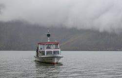 Bateau touristique sur le lac Hallstatt, Autriche photographie stock libre de droits