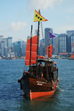Bateau traditionnel dans le port de Victoria de Hong Kong, Chine Images stock