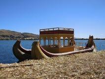 Bateau traditionnel dans Puno, Pérou image stock