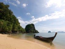 Bateau traditionnel de long-queue sur une plage d'île de Koh Yao Yai, Tha Photographie stock