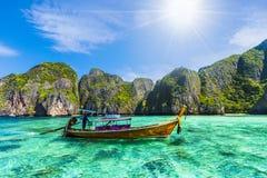 Bateau traditionnel de longue queue contre la montagne en Thaïlande photographie stock libre de droits