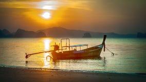 Bateau traditionnel de longue queue dans le coucher du soleil à l'île de Hong de KOH images stock