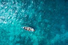 Bateau traditionnel de pêcheur de vue aérienne en Santa Maria dans le sel Isla photos libres de droits