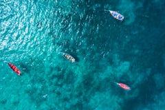 Bateau traditionnel de pêcheur de vue aérienne en Santa Maria dans le sel Isla Images stock
