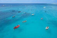 Bateau traditionnel de pêcheur en Santa Maria en île de sel dans le cap VE Image libre de droits