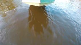 Bateau traditionnel se précipitant par l'eau banque de vidéos