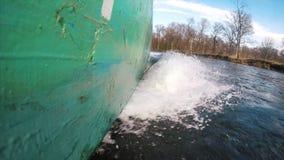 Bateau traditionnel se précipitant par l'eau clips vidéos