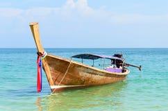 Bateau traditionnel thaï de longtail en mer Image libre de droits