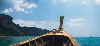 Bateau traditionnel thaïlandais à la plage tropicale images libres de droits
