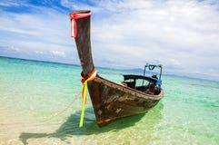Bateau traditionnel Thaïlande de longue queue dans les eaux de turquoise de la mer d'Andaman Images libres de droits