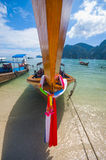 Bateau traditionnel Thaïlande de longue queue dans les eaux de turquoise de la mer d'Andaman Photo libre de droits