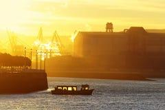 Bateau transportant des personnes au lever de soleil Photographie stock libre de droits