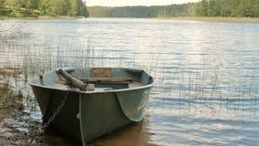 Bateau verrouillé par le lac banque de vidéos