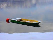 Bateau vert sur le lac Images libres de droits