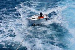 Bateau vide sur une corde en mer ouverte images libres de droits
