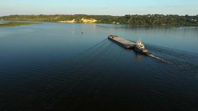 Bateau visuel aérien de poussoir de rivière transportant la péniche avec la cargaison sèche au milieu de la rivière d'été, Europe banque de vidéos