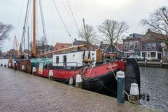Bateau ? voile dans le port de Lemmer en Frise, avec le temps morne photos stock