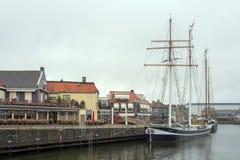 Bateau ? voile dans le port de Lemmer en Frise, avec le temps morne photo libre de droits