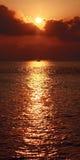 Bateau à voile silhouetté en coucher de soleil éclatant sur l'Océan Indien Images stock