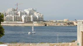 Bateau - voiles de yacht à l'arrière-plan de La Valette à Malte banque de vidéos