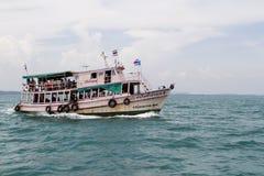 Bateau voyageant à l'île Photos stock