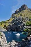 Bateaux à la côte de SA Calobra photographie stock