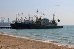 Bateaux à la jetée de la mer d'Azov, Ukraine, paysage marin photographie stock