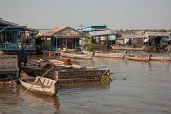 Bateaux à la maison de dock sur l'eau Photographie stock