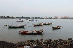 Bateaux à la mer photos stock