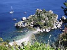 Bateaux à la plage chez Isola Bella, Taormina, Sicile l'Italie image stock
