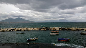 Bateaux à Naples avec le Vésuve à l'arrière-plan photographie stock libre de droits