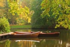 Bateaux à rames dans un étang Image stock