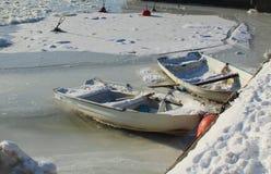Bateaux à rames en mer baltique de glace congelée image stock