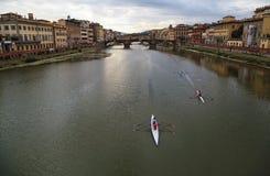 Bateaux à rames sur l'Arno à Florence, Italie Photo stock