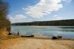 Bateaux à rames sur la plage de lac Photo stock