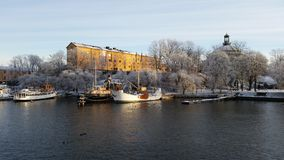 Bateaux à Stockholm chez Skeppsholmen images libres de droits
