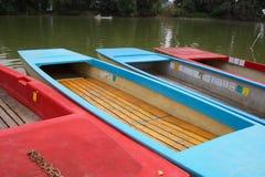 Bateaux à un lac image stock