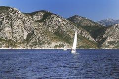 Bateaux à voile à une mer Photographie stock libre de droits