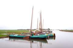 Bateaux à voile amarrés dans Sloten photo libre de droits