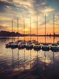 Bateaux à voile au coucher du soleil chez l'Alte Donau à Vienne Photo stock