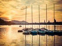 Bateaux à voile au coucher du soleil chez l'Alte Donau à Vienne Images libres de droits