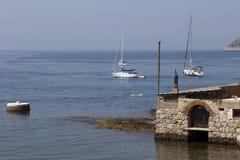 Bateaux à voile avec des touristes ancrés dans le port Komiza Images libres de droits