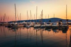 Bateaux à voile dans la marina au coucher du soleil. photos libres de droits