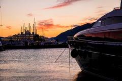 Bateaux à voile et yachts dans la marina dans Monténégro photographie stock libre de droits